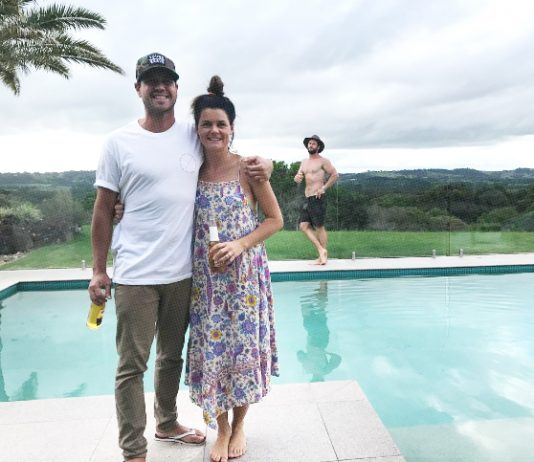 Image of Chris Hemsworth photobombing a sweet couple